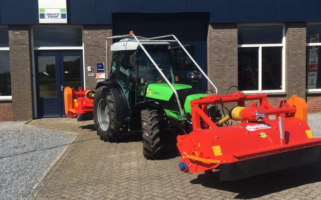 Nieuwe Deutz Fahr Agroplus F430 + dubbele Ducker klepel maaiers voor Ebben B.V.